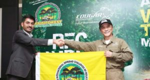 Cougar Motorsport's Director, Mr. Ashish Gupta (L) receiving the Rainforest Challenge Flag from the RFC Founder Mr. Luis J.A. Wee.jpg
